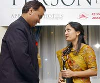 Sonal Shah receives the award from Minister of State for External Affairs Digvijay Singh