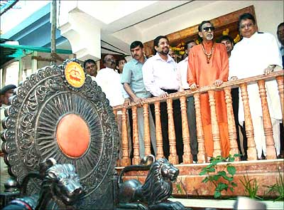 Images of matoshree bal thackeray house