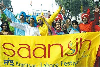 A cultural contingent crosses into Pakistan