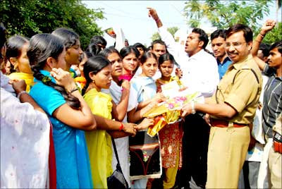 Youngsters greet SP C V Sajjanar
