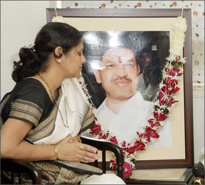 Vijay Salaskar (garlanded) and his wife Smita Salaskar.