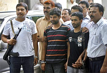 Police officials with Javed (Centre) and Ashiq (second Right), the suspected Hizbul militants, who were recently arrested in Delhi