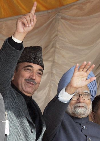 Prime Minister Manmohan Singh with Azad an election rally in Khundroo, 90 km south of Srinagar