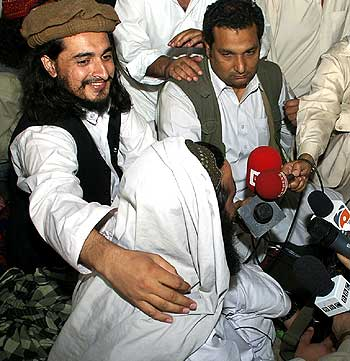 Pakistan Taliban chief Hakimullah Mehsud with his arm around Baitullah Mehsud