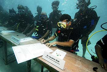 Underwater cabinet meeting in Maldives