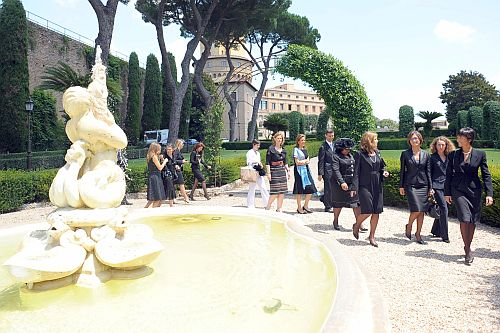 First Ladies visiting the Vatican gardens following the Pope's hearing