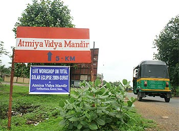 Way to Atmiya Vidya Mandir, where a two day live solar eclipse workshop is organised