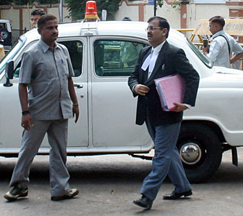 Nikam's unique habit is that he comes to court with minimum papers and one never sees a crowd of legal assistants following him