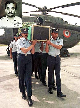 Indian Air Force personnel receive the body of Sqdn Leader Ajay Ahuja in Srinagar on May 30, 1999. (Inset) Ajay Ahuja