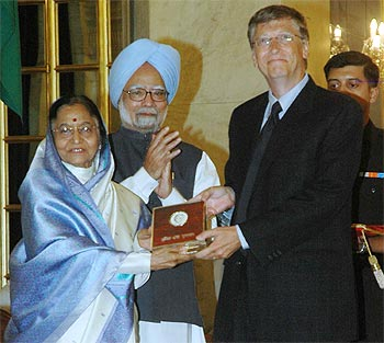 Bill Gates receiving the prize from President Pratibha Patil