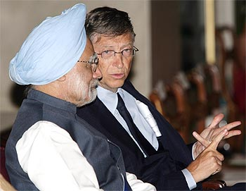 Gates interacts with Prime Minister Manmohan Singh