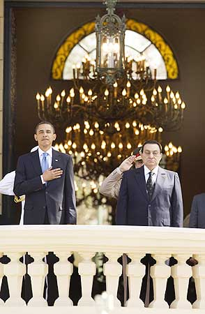 US President Barack Obama and Egypt's President Hosni Mubarak participate in an arrival ceremony at Quba Palace in Cairo