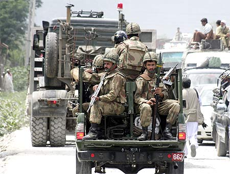 Pakistani troops head towards the Swat valley in Dargai