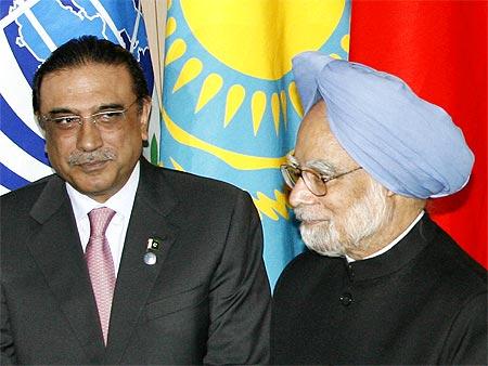 Prime Minister Manmohan Singh and Pakistan President Asif Ali Zardar in Yekaterinburg, Russia