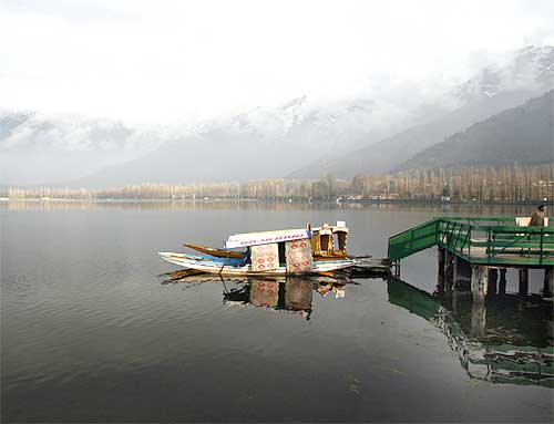 Small boats tied to the jetty at the Dal lake