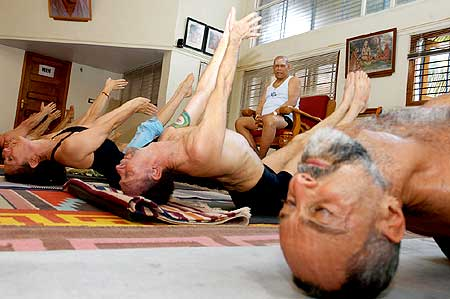 Yoga guru Pattabhi Jois putting his students through the Ashtanga Yoga paces