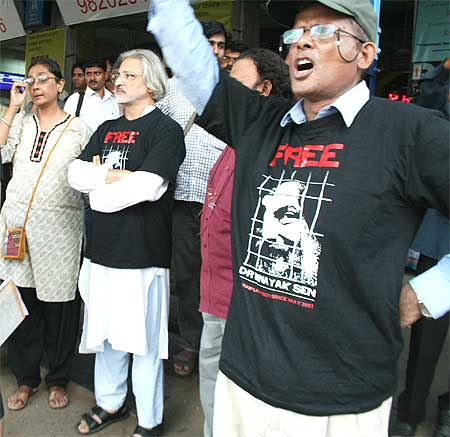 Protestors, including film-maker Anant Patwardhan,at a rally in Mumbai in support of Dr Sen
