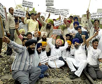 Sikhs shout slogans in Amritsar against Jagdish Tytler, accused of leading anti-Sikh rioters.