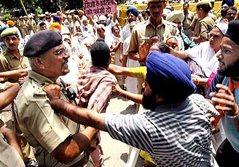 Victims of the 1984 Sikh riots clashing with police in New Delhi on August 10, 2005.