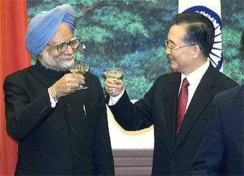 Prime Minister Manmohan Singh and Chinese Premier Wen Jiabao share a toast at the Great Hall of the People in Beijing January 14, 2008.