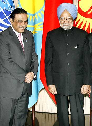 Pakistani President Asif Ali Zardari with Prime Minister Manmohan Singh
