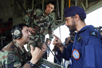 An  IAF special forces 'Garuds' officer (R) talks with a USAF Special Operation Forces officer during Cope-India-09.