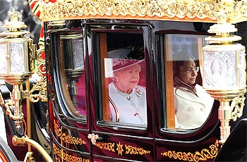 President Patil with Queen Elizabeth as their carriage travels through Windsor