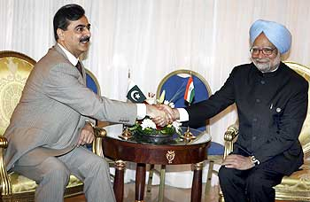 Pakistan Prime Minister Yousuf Raza Gilani with Dr Manmohan Singh in Sharm-el-Sheikh