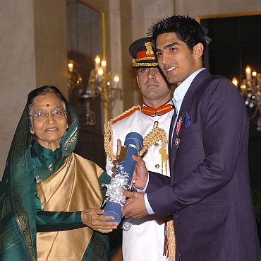 President Pratibha Patil presenting the Padma Shri Award to Vijender Singh