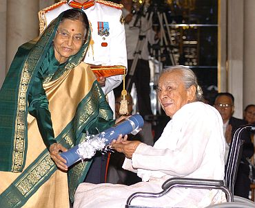 President Pratibha Patil presenting the Padma Vibhushan Award to Zohra Segal