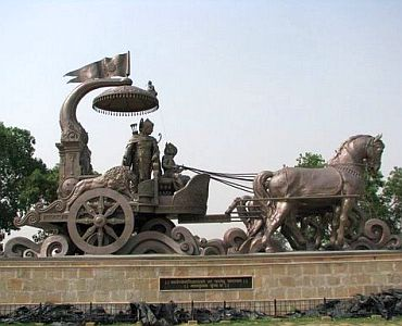 Bronze statue representing the discourse of Krishna and Arjuna, in Kurukshetra