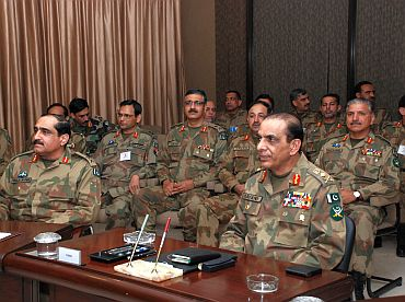 Kayani takes part in a briefing on the conduct of the exercise