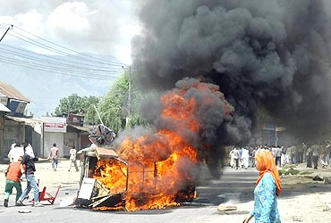 Kashmiri protesters set ablaze a government vehicle