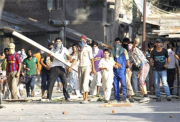 Kashmiri protesters clash with police personnel