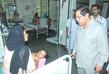 Municipal Commissioner Swadhin Kshatriya visits Malaria patients at KEM hospital on August 4