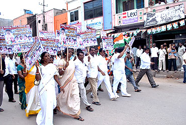 Congress leaders march through Bellary roads on Monday
