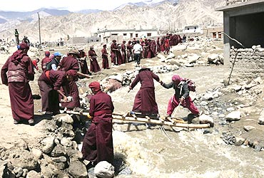 Monks join rescue operations