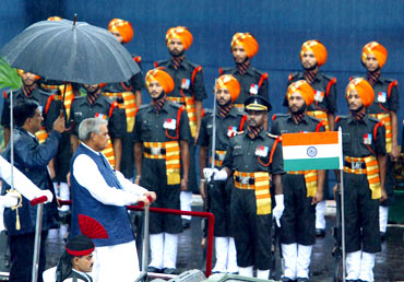 Atal Behari Vajpayee reviews an honour guard on August 15, 2003