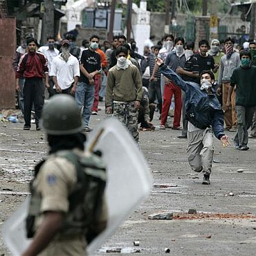 Kashmiri protestors pelt stones at police personnel in Srinagar