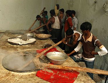 Pista House staff preparing Haleem in a kiln