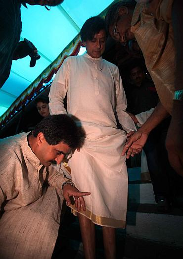 Sunanda's brother Colonel Rajesh Pushkar and Shashi Tharoor at the ceremony