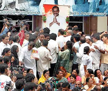 Congress workers pay tribute to YSR