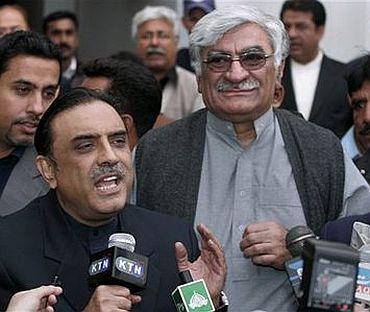 Standing behind Zardari is Asfandyar Wali Khan