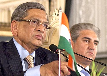 Foreign Minister S M Krishna (L) and his Pakistani counterpart Shah Mehmood Qureshi take questions from the media during a joint news conference in Islamabad