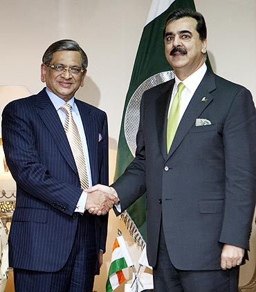Pakistan's Prime Minister Yusuf Raza Gilani shakes hands with External Affairs Minister SM Krishna