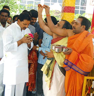 Kiran Kumar Reddy seeks blessings before taking charge as Andhra chief minister