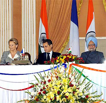 Sarkozy and Dr Singh during the signing of agreements between the two countries