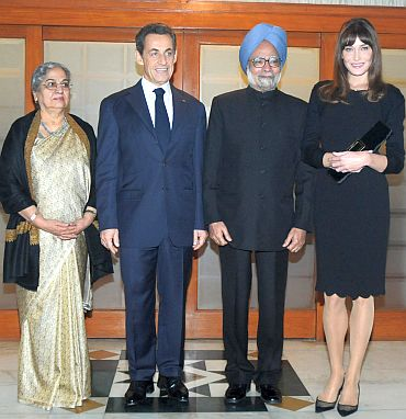 Prime Minister Manmohan Singh and his wife Gursharan Kaur with President of France Nicolas Sarkozy and his wife Carla Bruni in New Delhi