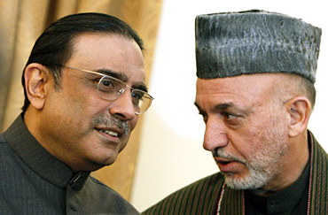 Afghan President Karzai (R) speaks to his Pakistani counterpart Zardari during a news conference in Kabul