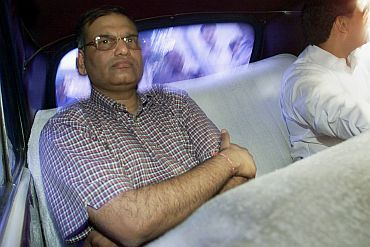 Former stockbroker Harshad Mehta (in the picture) arrives in a car to the high court in Bombay on Nov 9, 2001. CBI had arrested Mehta, and his two brothers in a case related to 2.7 million missing shares of 90 companies
